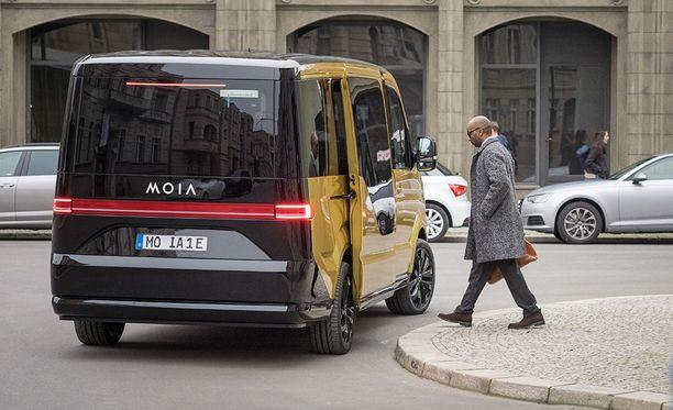 Automaattiset ovet helpottavat ja nopeuttavat käyntiä autoon.
