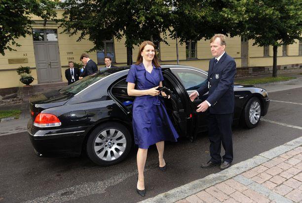 VAIHTOON Pääministeri Mari Kiviniemeä kuljetetaan vielä BMW:llä. Ensi vuonna pääministerille on tulossa uusi auto.
