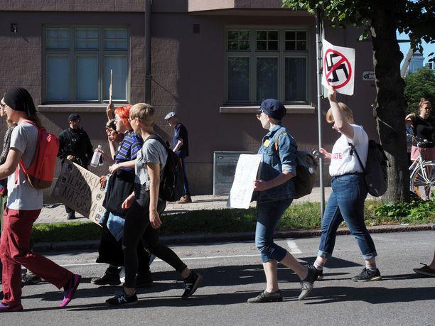 Vastamielenosoitus järjestettiin hieman ennen PVL:n marssia.