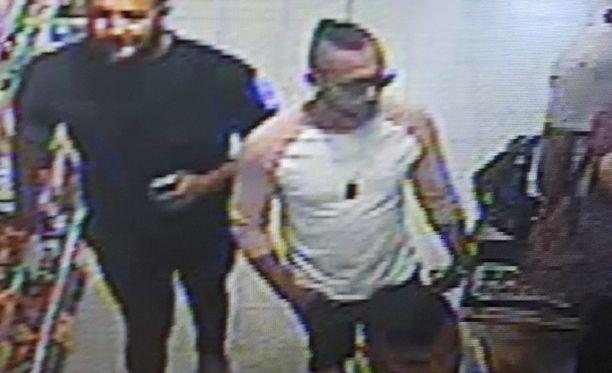 Kolme miestä heitti happoa 3-vuotiaan pojan kasvoille Britanniassa.