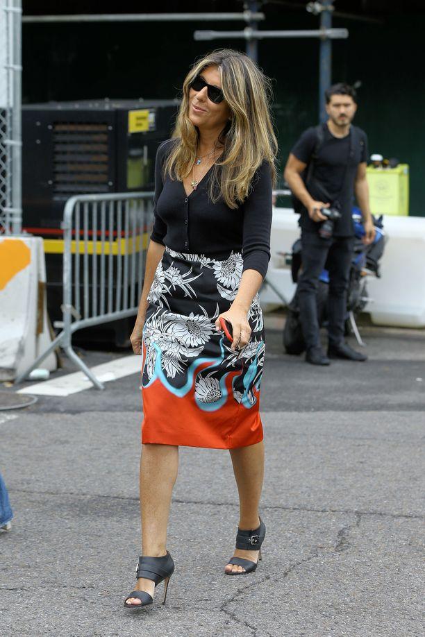 Muotitoimittaja Nina Garcia yhdistää neuletakin näyttävään hameeseen.