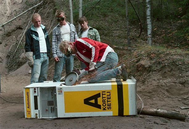 Pahat pojat -elokuvassa muun muassa räjäyteltiin bensa-automaatteja. Kesäteatterin lavalla nähdään pakastimia.