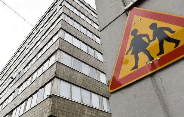 Poliisi on pidättänyt Helsingistä Ruusulankadun kiistellystä tukiasuntolasta kaksi miestä taposta epäiltynä.