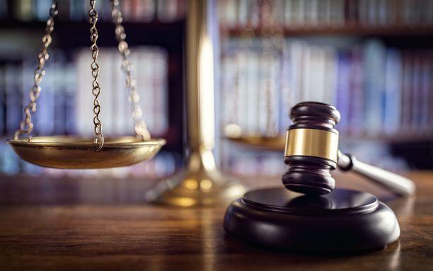 Oikeusministeriön alaisuudessa toimiva nimilautakunta antaa maistraattien pyynnöstä lausuntoja kansalaisten nimihakemuksiin. Lopullisen myöntävän tai hylkäävän päätöksen antaa maistraatti.