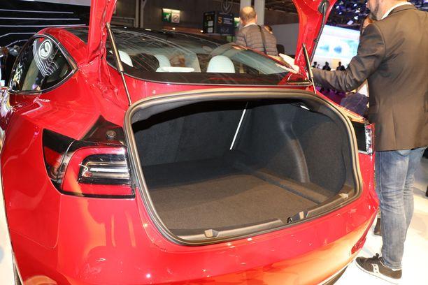 Tavaratila on keskikokoa, ei erityisen suuri. Muista Tesloista poiketen  takaluukku on tällainen pieni sedanin luukku, joka ei aukea muiden Teslojen tyyliin katon yläreunasta asti.