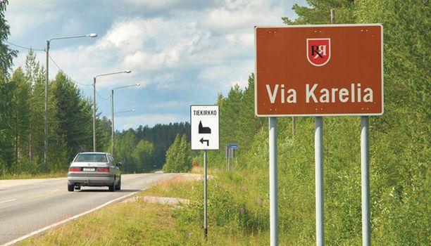 ERILAINEN Tiekirkko tarjoaa erilaisen taukopaikan. Liikennemerkki opastaa paikalle.