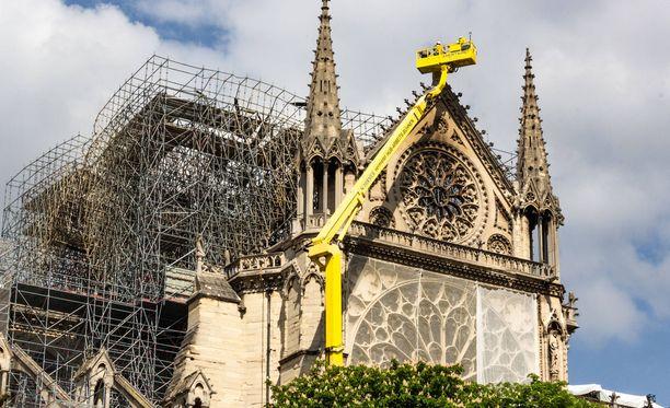 Notre Damen kattorakenteet tuhoutuivat lähes kokonaan palossa.
