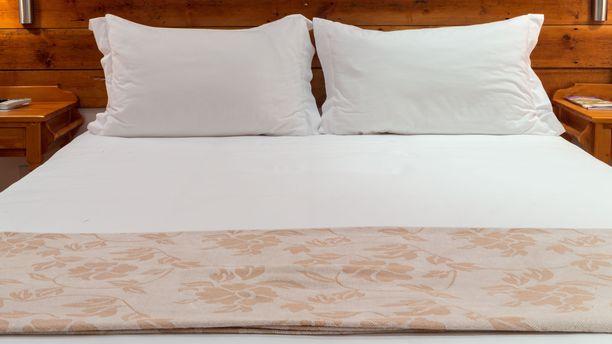 Lutikan voi tunnistaa pienistä mustista pisteistä makuuhuoneen huonekaluissa ja petivaatteissa. Lutikoita kotiinsa saanut joutuu usein hankkiutumaan eroon sängystään.