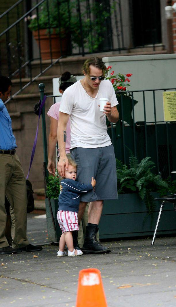 Matilda Rose syntyi vuonna 2005. Kuvassa kaksivuotias Matilda pitää isästään tiukasti kiinni.