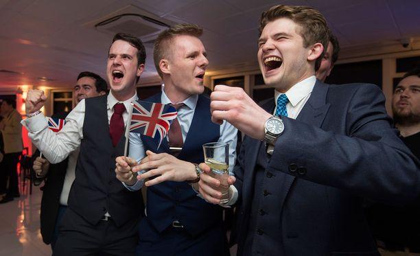 Poikajoukko riemuitsi EU:ta vastustavan Leave.eu-liikkeen juhlissa.