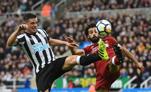Ciaran Clark ja Mohamed Salah kamppailivat kiivaasti pallosta.