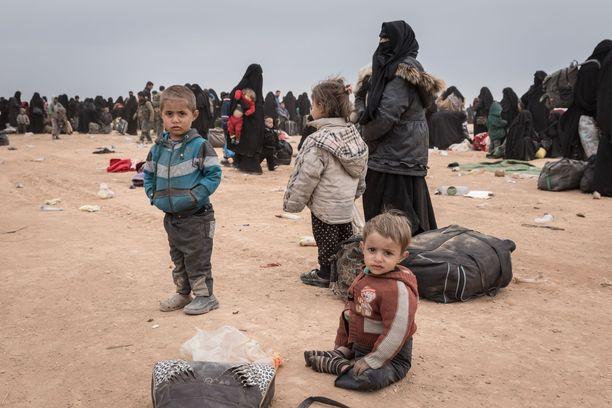 Lapsia ja aikuisia syyrialaisleirillä. Kuvituskuva.