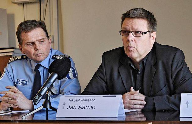Poliisipäällikkö Lasse Aapion väitetään ohjailleen todistajien puheita Jari Aarniota vastaan. Kuva tiedotustilaisuudesta vuodelta 2011.