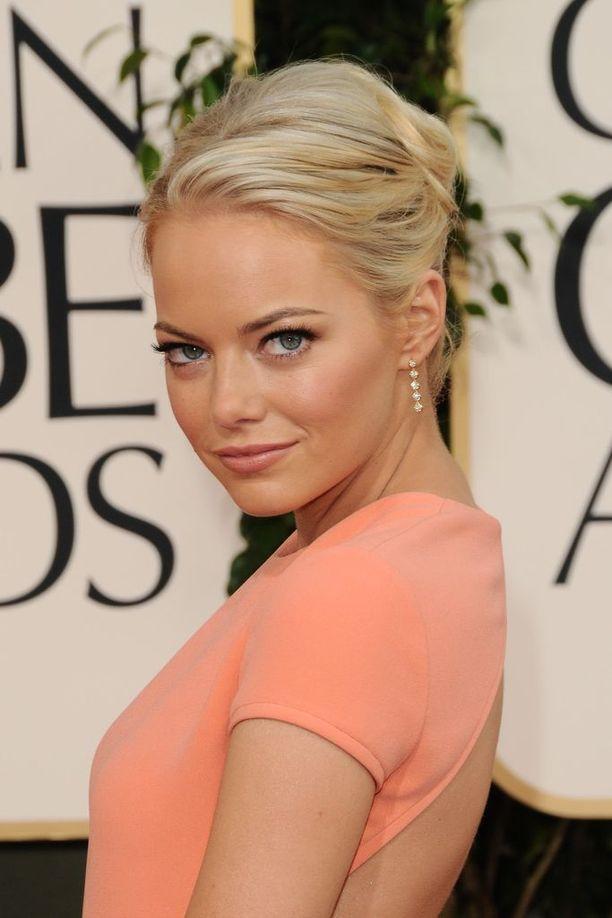 Punainen väri onkin pullosta. Luonnostaan Emman hiusväri on vaalea blondi.