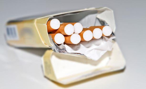 Tupakkavero kiristyy jälleen.