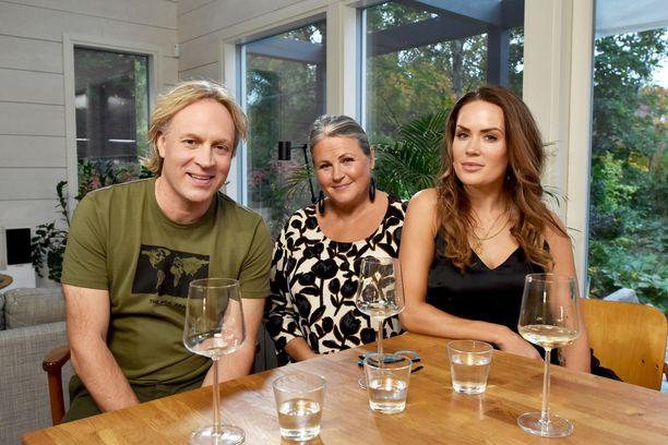 Kari Aihinen suunittelee Martina Aitolehden kanssa Martinan Anne-äidille neljän ruokalajin illallisen.