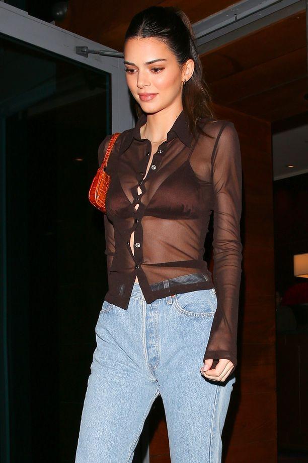 Kendall Jenner pukee napitetun mesh-paidan farkkujen kaveriksi.