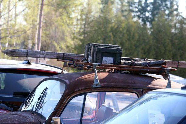 Kattokuormassa on tarpeellisia tarvikkeita kuten puusukset ja ammuslaatikko.