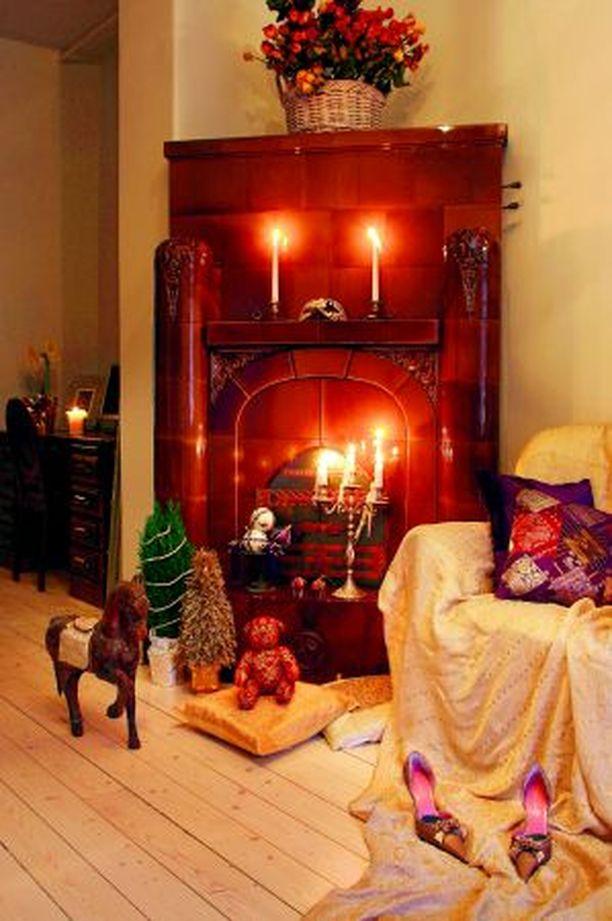 LUO TUNNELMA Omannäköinen joulu syntyy huolellisesti valituilla tekstiileillä ja koristeilla. Nalle 11,50 €, punaiset norsut à 2,50 €, tyynynpäälliset (kulta 8,50 €, kirjava ja lila 11,50 €) ja sisätyynyt à 7,90 €, Indiska. Kulhossa olevat lilat pallot à 3,50 €, valkoiset glitterpallot à 4,90 € ja lilat tupsut à 5,90 €, kultainen pöytäkuusi 29,90 € ja sypressin ympärille kiedottu helmipunos 4,90 €, Stockmann.