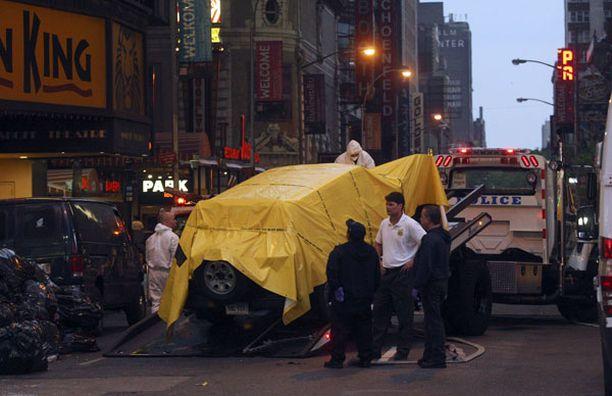 Räjähteitä sisältänyt auto vietiin pois Times Squarelta.