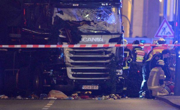 Berliinin poliisi kertoo Twitterissä, että väkijoukkoon Breitscheidplatzilla ajaneesta rekasta kuolleena löytynyt mies oli Puolan kansalainen.