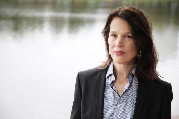 Palkansaajien tutkimuslaitoksen johtaja Elina Pylkkänen katsoo, että matkustusrajoitteita voitaisiin vähitellen purkaa.