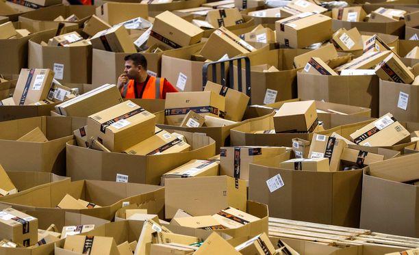 """Amazonin jakelukeskus Espanjassa. Kuva on otettu viime viikon perjantaina, kun meneillään oli """"Black Friday""""."""