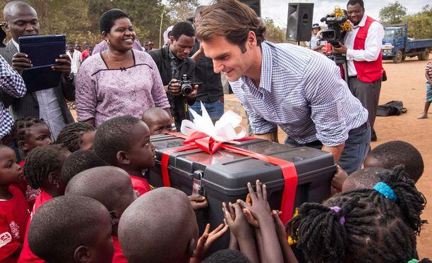 Roger Federer piipahti Malawilla ilahduttamassa lapsia.