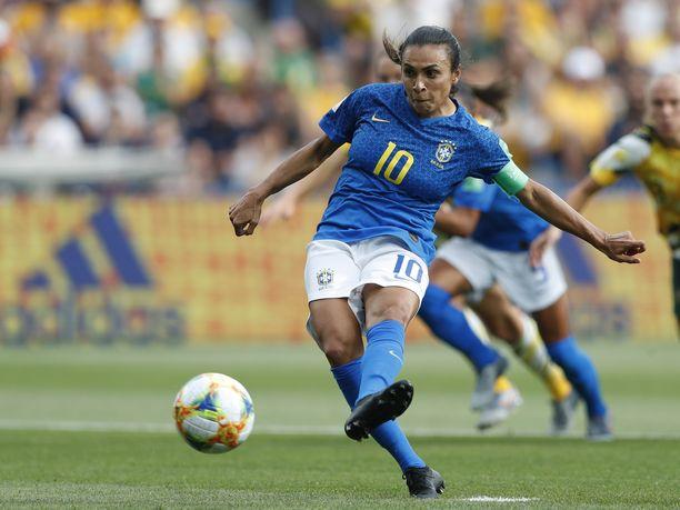Brasilian hyökkääjätähti Marta teki Australiaa vastaan ensimmäisen maalinsa tämän vuoden MM-turnauksessa ja nousi näin historian ainoaksi pelaajaksi, joka on osunut maalipuiden väliin viidessä MM-lopputurnauksessa.