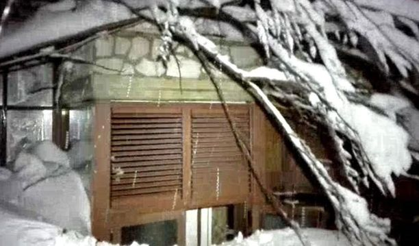 Hotelli hautautui lumeen ja on osittain romahtanut.