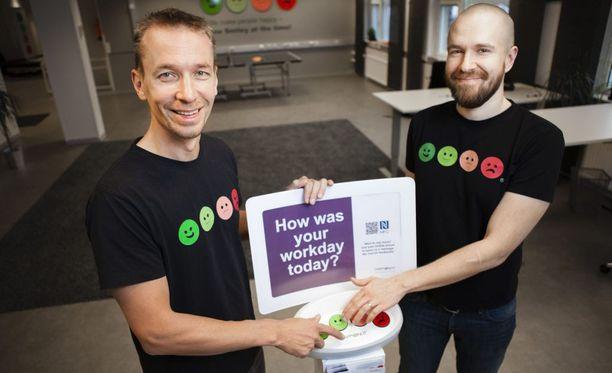 HappyOrNotin toimitusjohtaja Heikki Väänänen (vas.) ja Ville Levaniemi kantoivat ensimmäisen laitteen koekäyttöön tamperelaiseen Valintataloon 2009.