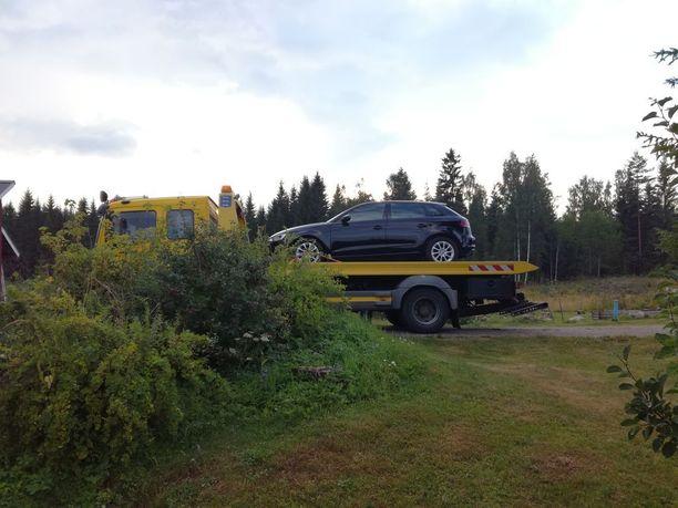 Illan mittaan kymmenkunta autoa jouduttiin hinaamaan juhlapaikalta pois.