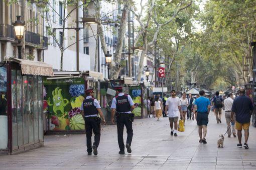Poliisit partioivat tänään iskun tapahtumapaikalla La Rambla -kävelykadulla.