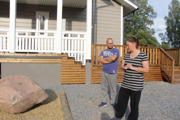 Tulipalossa menehtyneet koirat ovat Marika Lievejärven ja Janne Virtasen muistoissa edelleen. Marika on teettänyt koirien muistoksi laatan uuden kodin pihamaalla sijaitsevaan kiveen.