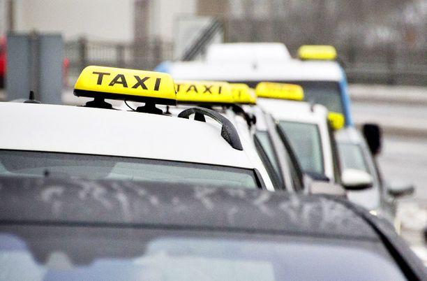 Poliisi epäilee taksinkuljettajan hakanneen autoonsa menneen.