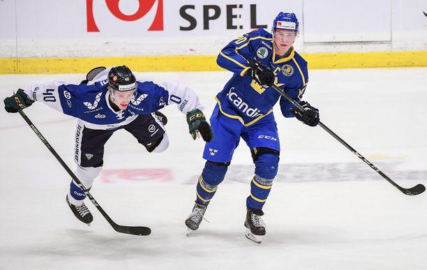 Eemeli Suomi oli vauhdikkaalla pelipäällä, kuten Ruotsin Dennis Rasmusson tässä todistaa.
