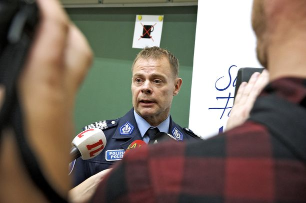 Robit Lardotin vaatimuksen perusteluissa lukee, että Helsingin poliisilaitoksen valvonta ei ole kuulunut hänen virkavelvollisuuksiinsa.