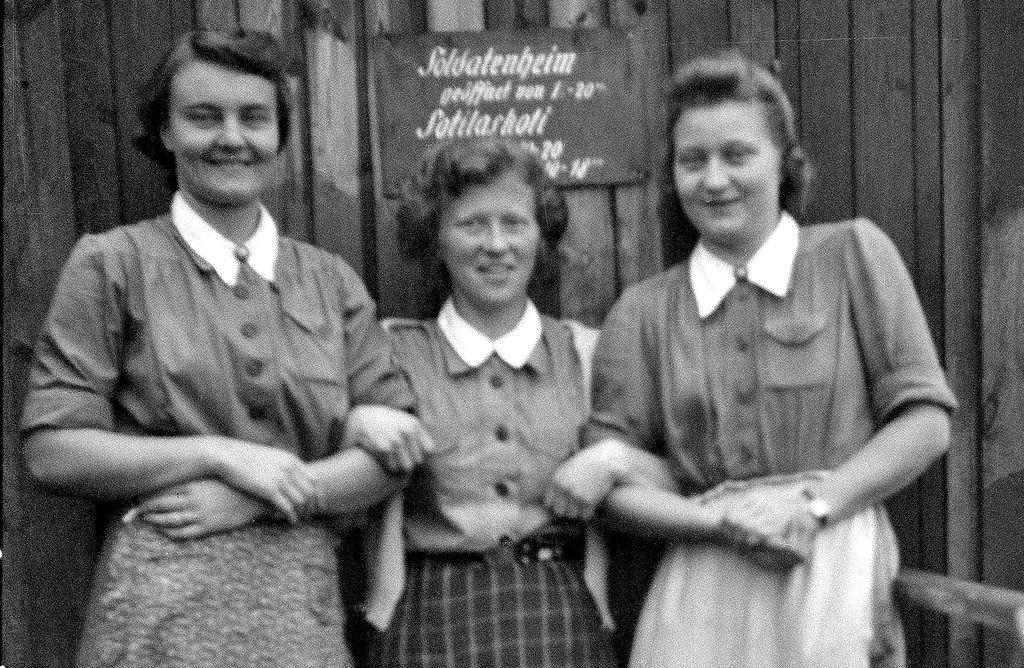 Iloiset saksalais-suomalaisen sotilaskodin hoitajat syyskuussa 1943 Alakurtissa nykyisen itärajan takana.