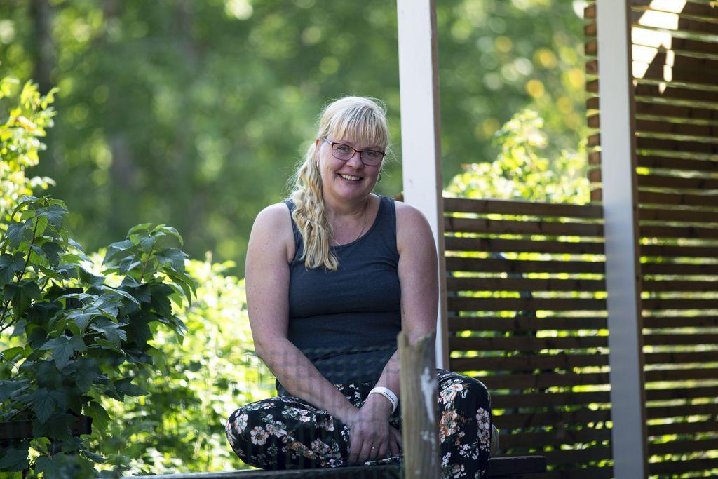 Marjo Korpela asuu nykyisin miehensä kanssa Pyörönmaassa hevostallin viereen rakennetussa talossa.