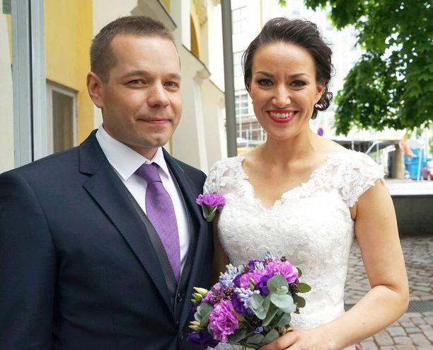Näyttelijä-juontaja Jasmin Hamid ja yrittäjä Santtu Hulkkonen menivät naimisiin kesäkuun alussa Kulttuuritehdas Korjaamolla.