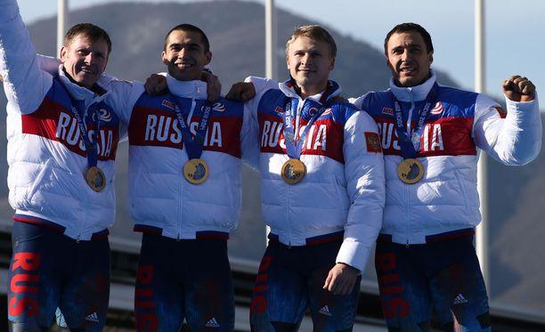 Venäjän nelikko juhli olympiakultaa Sotshin rattikelkkailussa. Hylkäyksen johdosta olympiavoittajaksi nousee Latvian nelikko.