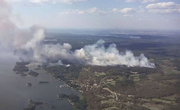 Pyhäjärven laajojen metsäpalojen sammutustöissä torstaina aamupäivällä oli pelkästään palomiehiä noin 150.