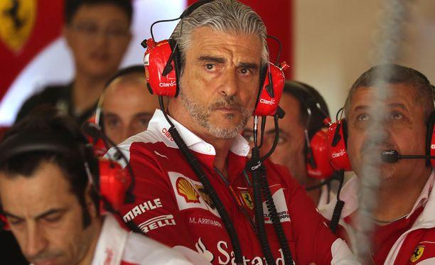 Maurizio Arrivabene yrittää tasapainoilla Ferrarin kehitystyön kanssa.