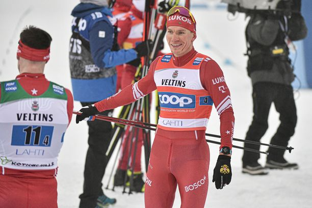 Aleksandr Bolshunov taklasi Joni Mäkeä sunnuntaina Lahden maailmancupissa.