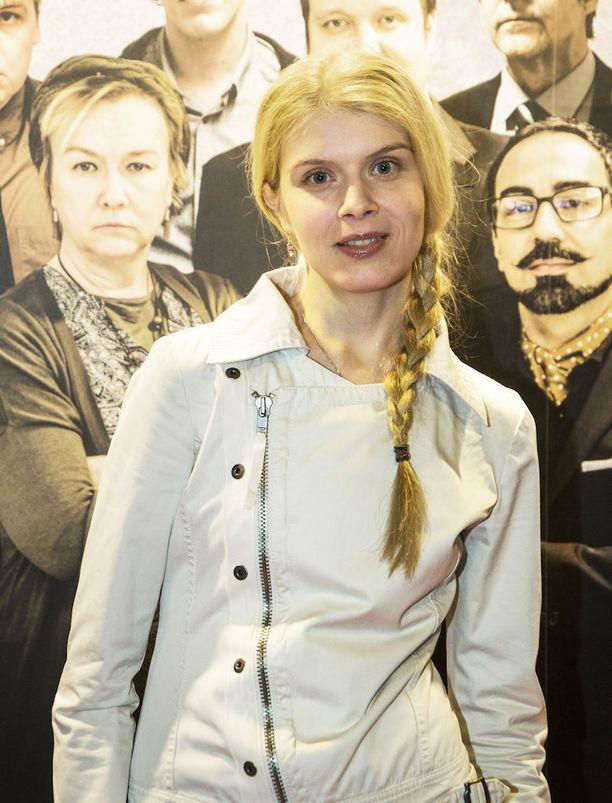 Näyttelijä Alina Tomnikov iloitsi ensimmäisestä pääroolistaan. -Näyttelen sokeaa naista tv-sarjassa Blind Donna, Alina ilakoi.