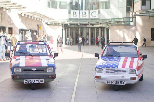 Autot on maalattu Yhdysvaltojen ja Yhdistyneen kuningaskunnan lippujen väreihin.