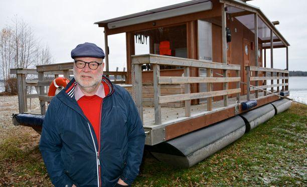 Jari Ruususen saunalautta on laskettu muiden veneiden kanssa vesille jälleen keväällä. Nyt sille täytyy miettiä uusi sijoituspaikka KHO:n linjattua, että lautta olisi tarvinnut rakennusluvan.