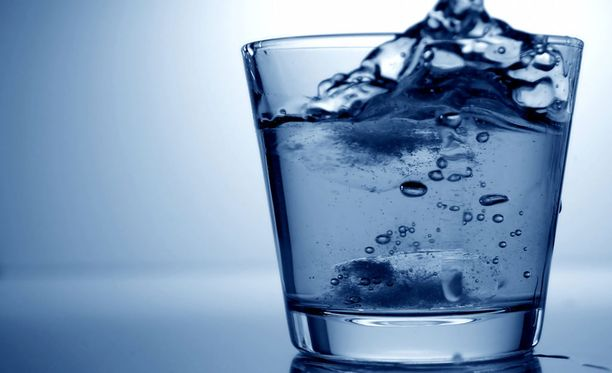 Valmista pullotettua hopeavettä voi ostaa esimerkiksi verkkokaupasta. Kuvan lasissa on tavallista vettä.