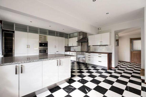 Nykyaikaisen keittiön tasot ovat marmoria.