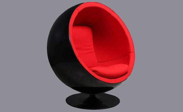 Tuoli on uudelleenverhoiltu alkuperäisellä kankaalla.